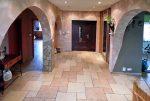 zdjęcie prezentuje przedpokój i wejścia do poszczególnych pomieszczeń w ekskluzywnej willi do sprzedaży na Mazurach