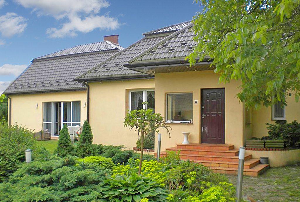 widok od strony ogrodu na luksusową willę do sprzedaży w okolicach Częstochowy