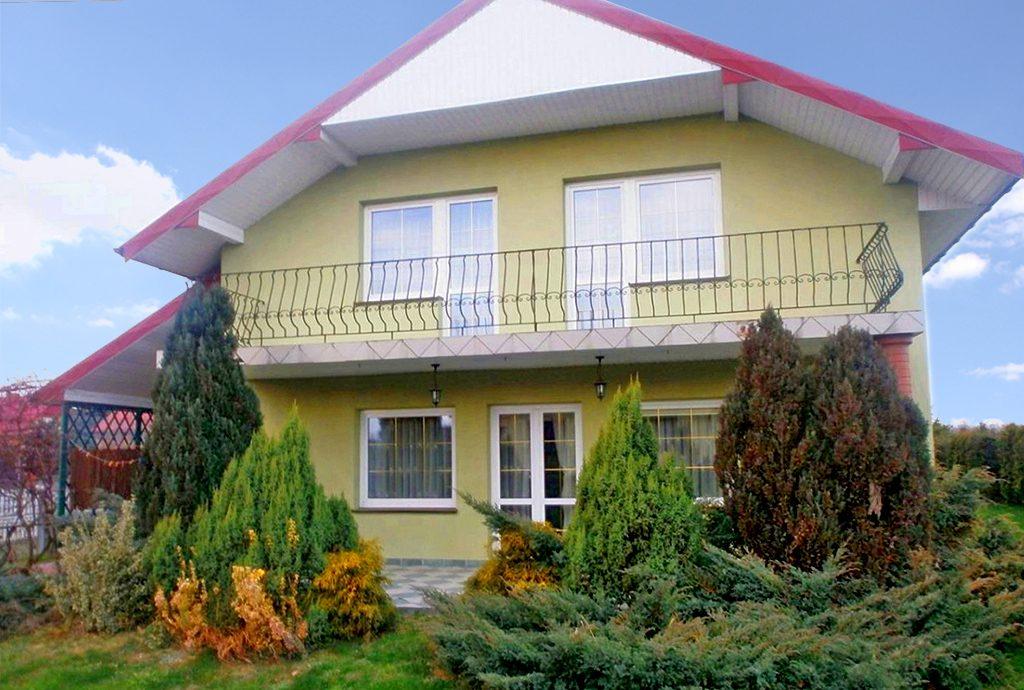 widok od strony ogrodu na luksusową willę do sprzedaży w okolicy Częstochowy