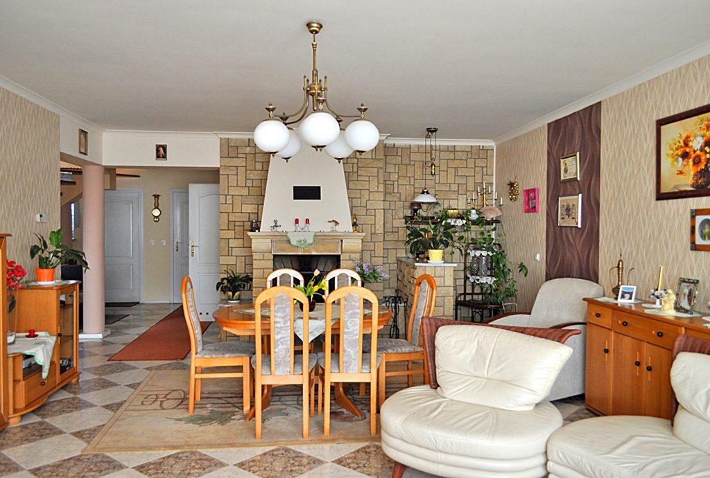 stylowy salon z kominkiem w luksusowej willi do sprzedaży w okolicy Częstochowy