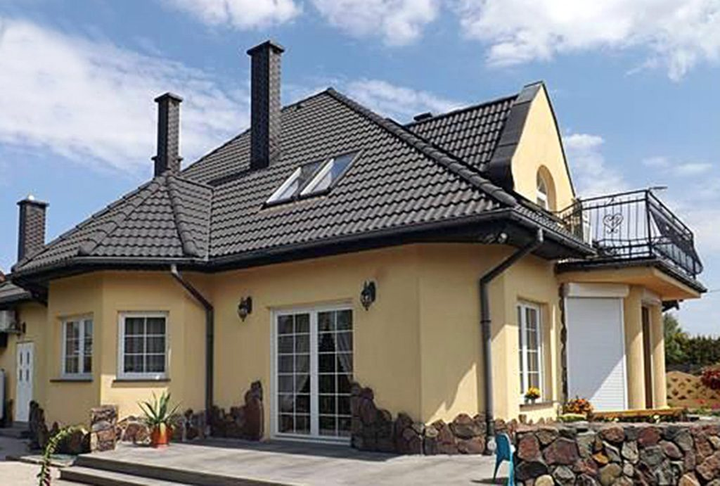 widok od strony tarasu na luksusową willę do sprzedaży w Słupsku