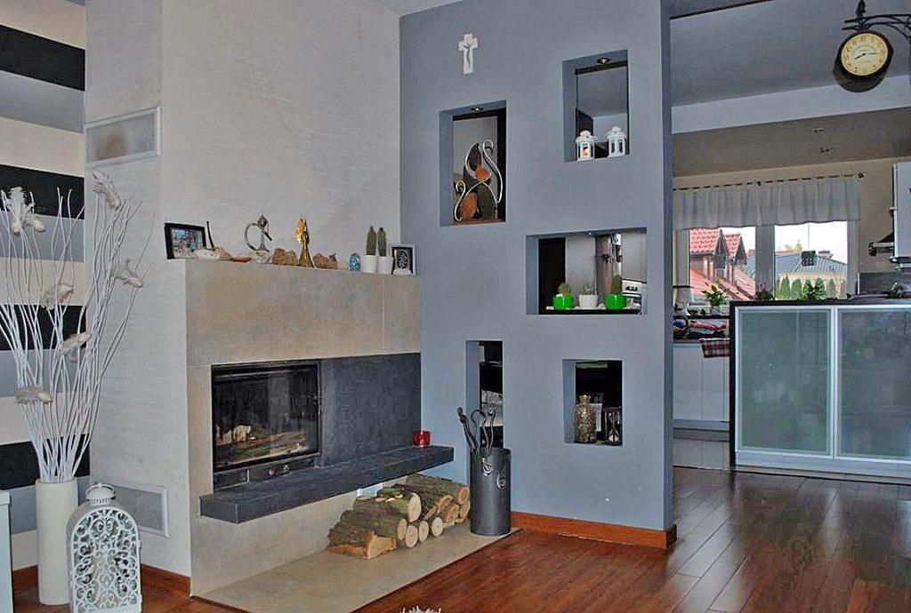na zdjęciu ekskluzywny salon z kominkiem w luksusowej willi do sprzedaży w okolicy Katowic