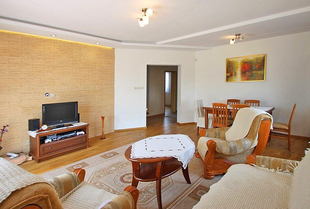 zdjęcie prezentuje komfortowy salon w luksusowej willi do sprzedaży w okolicy Sieradza