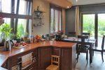 widok na kuchnię i jadalnię w luksusowej willi na sprzedaż w Piotrkowie Trybunalskim