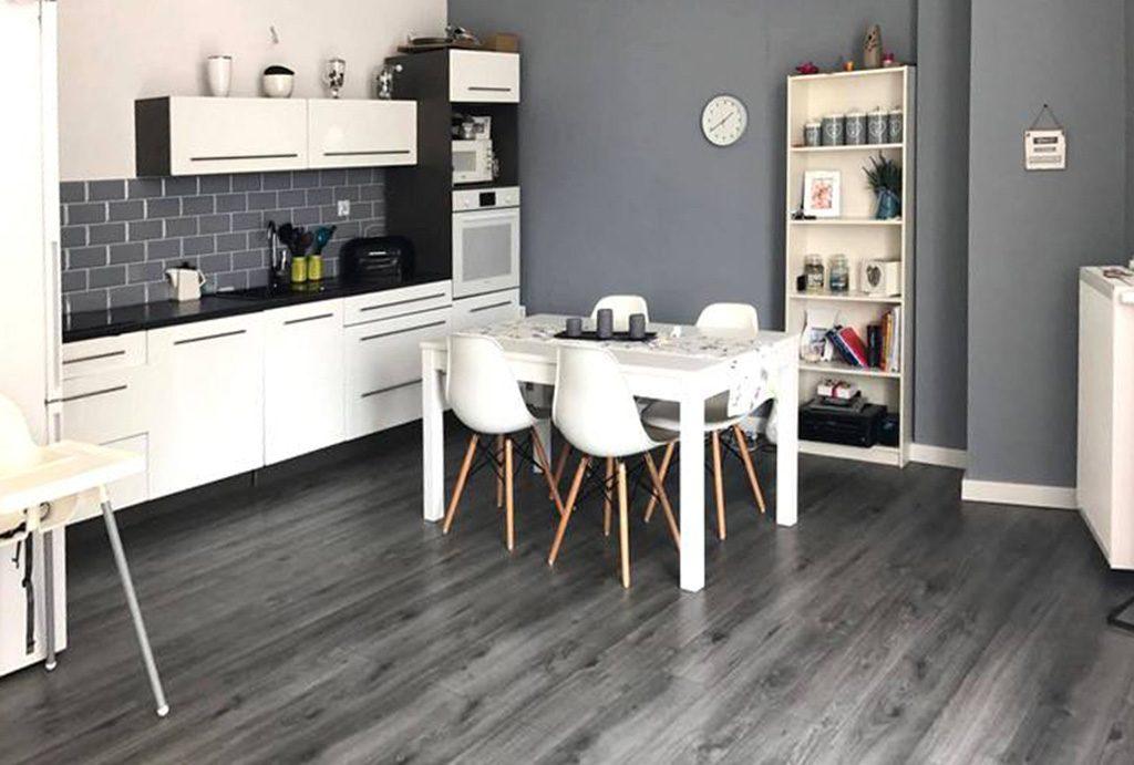 widok z salonu na kuchnię w luksusowym apartamencie do sprzedaży w Tczewie