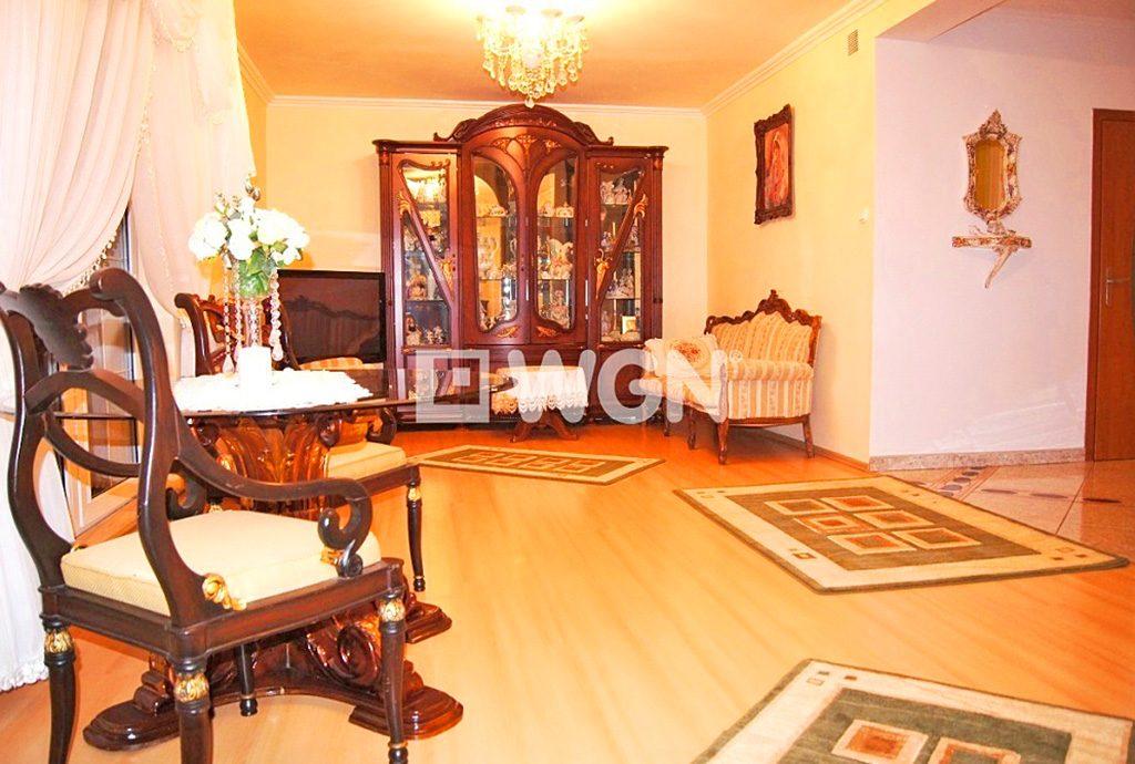 na zdjęciu stylowy salon w luksusowej willi do sprzedaży w Inowrocławiu