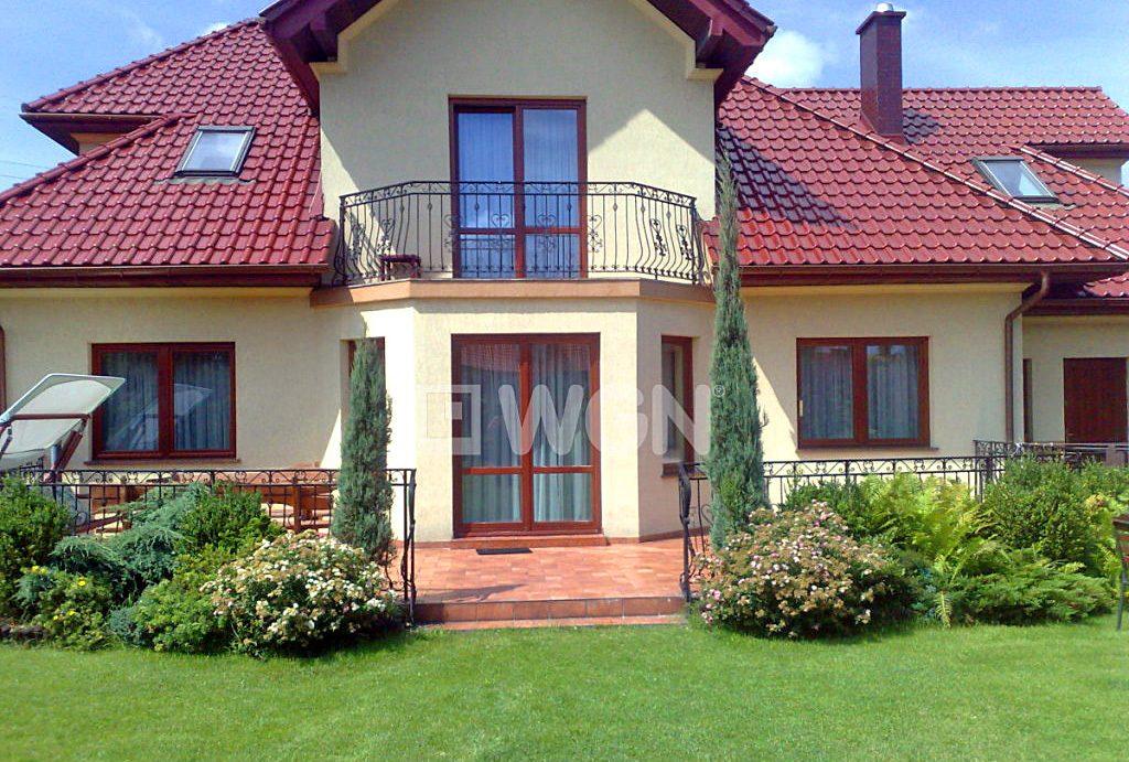 widok od strony ogrodu na luksusową willę do sprzedaży w okolicach Katowic
