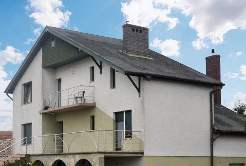 widok od strony ulicy na luksusową willę do sprzedaży w okolicach Leszna