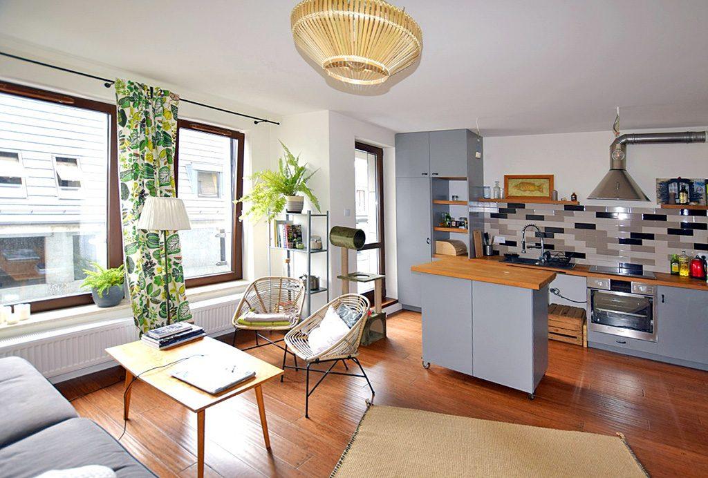widok z salonu na aneks kuchenny w luksusowym apartamencie do sprzedaży w Białymstoku