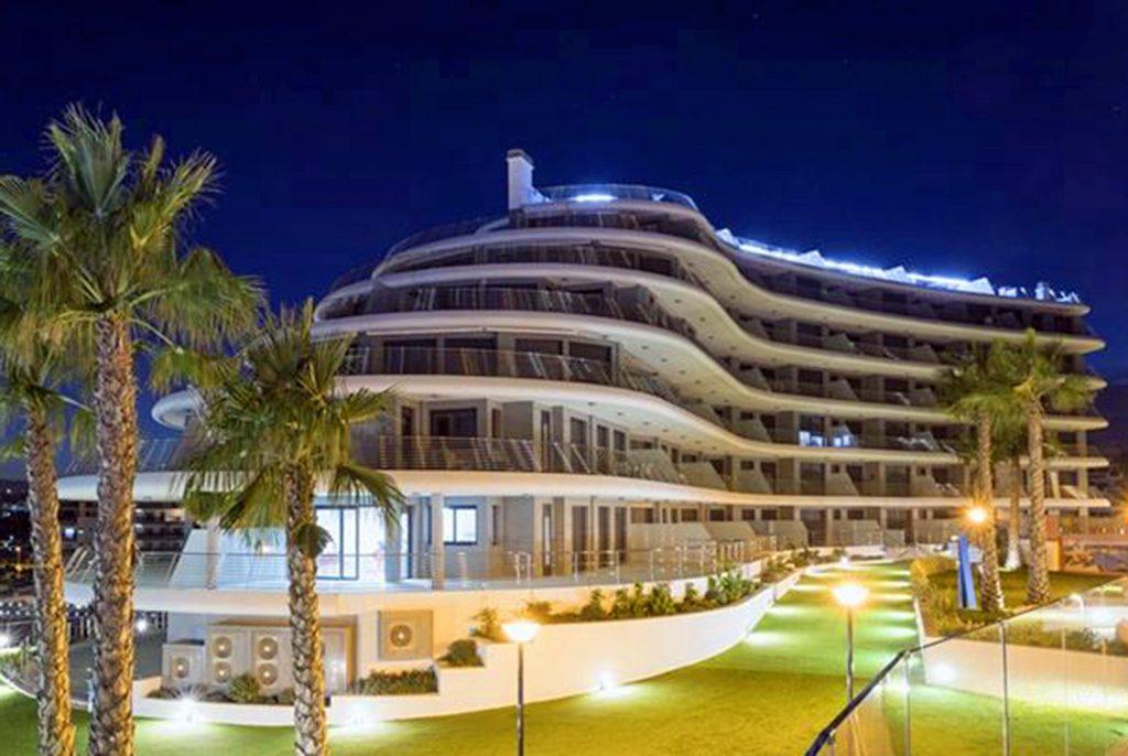 prestiżowy apartamentowiec, w którym znajduje się luksusowy apartament na sprzedaż w Hiszpanii