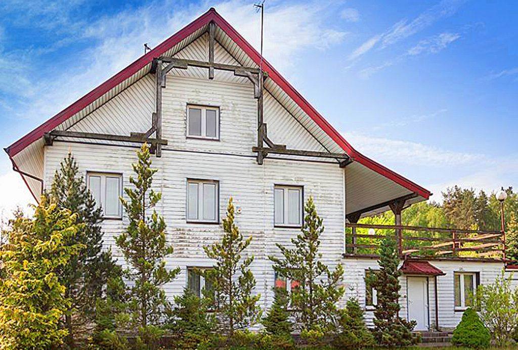 widok od strony ogrodu na luksusową willę do sprzedaży na Mazurach