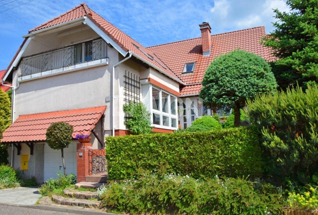 widok od strony ogrodu na ekskluzywną willę do sprzedaży w Słupsku