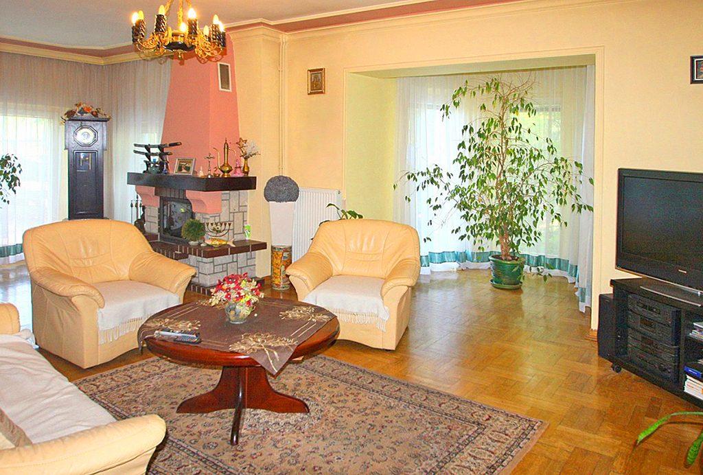 ekskluzywny salon z kominkiem w luksusowej willi do sprzedaży w Sieradzu