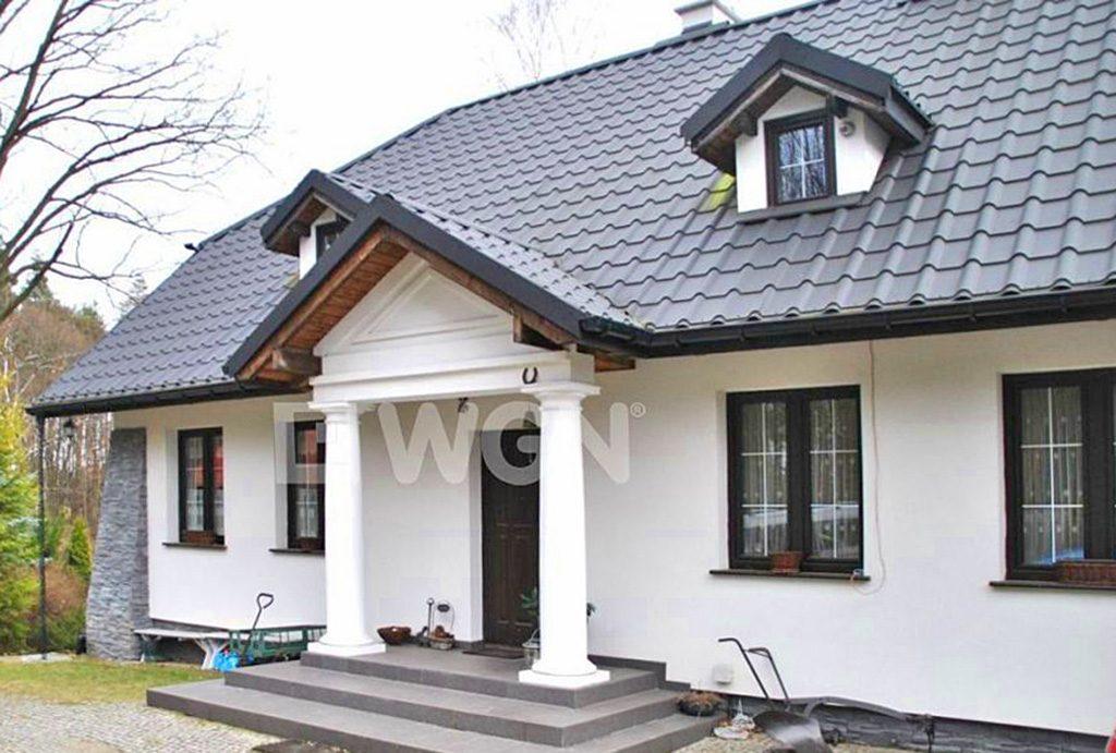 front luksusowej willi do sprzedaży w okolicach Warszawy