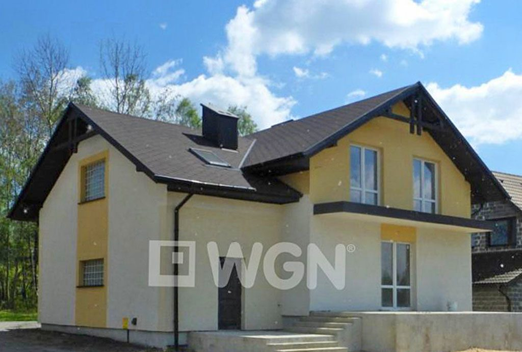 widok od frontu prezentujący luksusową willę w okolicy Częstochowy na sprzedaż