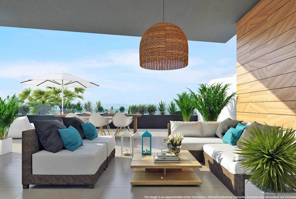 komfortowy taras z widokiem na morze w ekskluzywnym apartamencie do sprzedaży w Hiszpanii