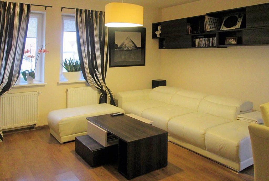 nowoczesny salon w ekskluzywnym apartamencie do sprzedaży w Kaliszu