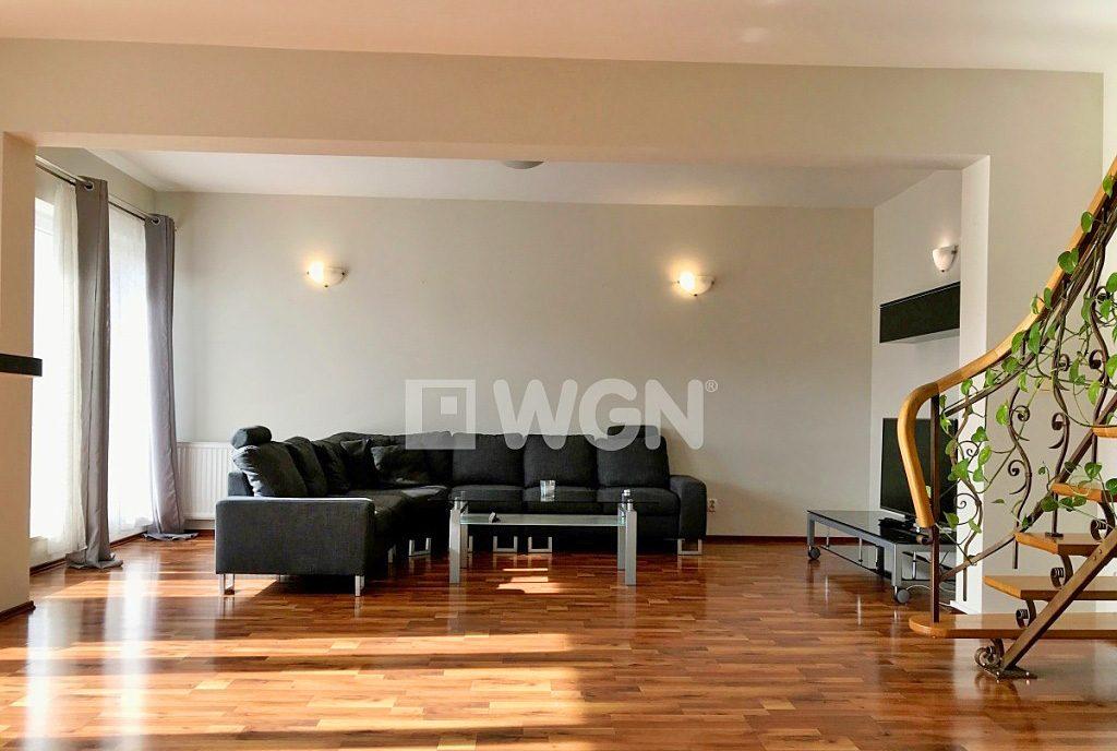 lukssuowy salon z kominkiem w ekskluzywnym apartamencie do wynajęcia w Szczecinie