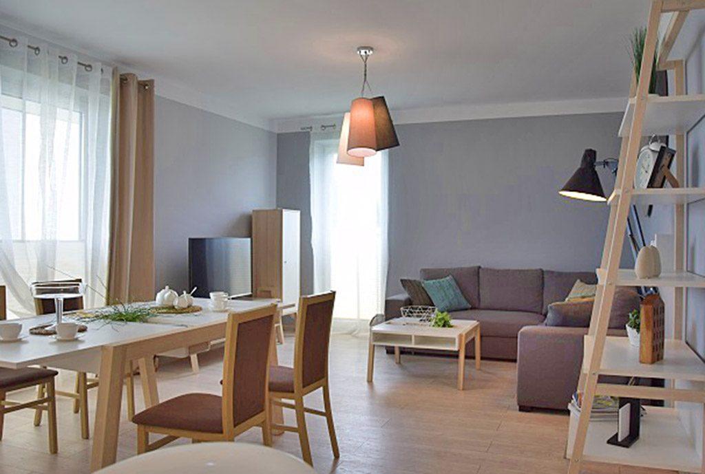 luksusowy salon w ekskluzywnym apartamencie do wynajęcia nad morzem