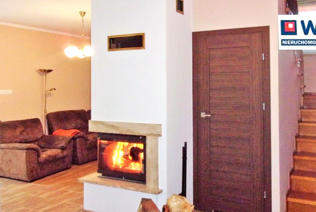 komfortowe wnętrze z kominkiem w ekskluzywnej willi do sprzedaży w okolicy Leszna