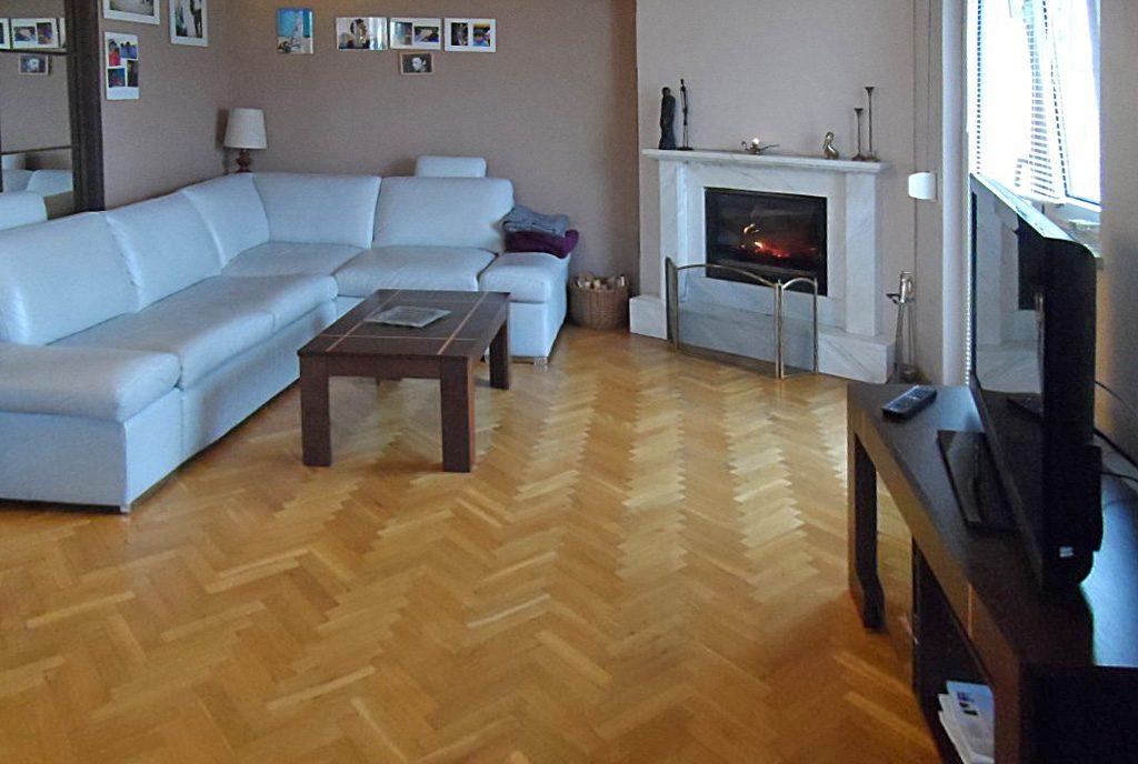 stylowy salon z kominkiem w ekskluzywnym apartamencie do sprzedaży w Piotrkowie Trybunalskim