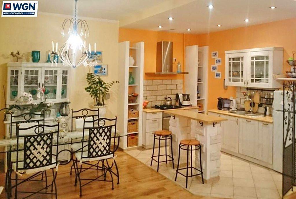 widok od strony salonu na aneks kuchenny w ekskluzywnym apartamencie do sprzedaży w okolicy Legnicy