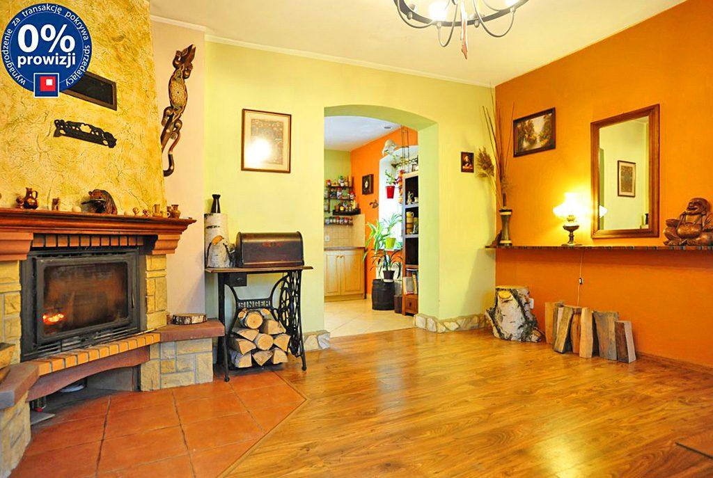 stylowy salon z kominkiem w ekskluzywnej willi do sprzedaży w okolicach Katowic