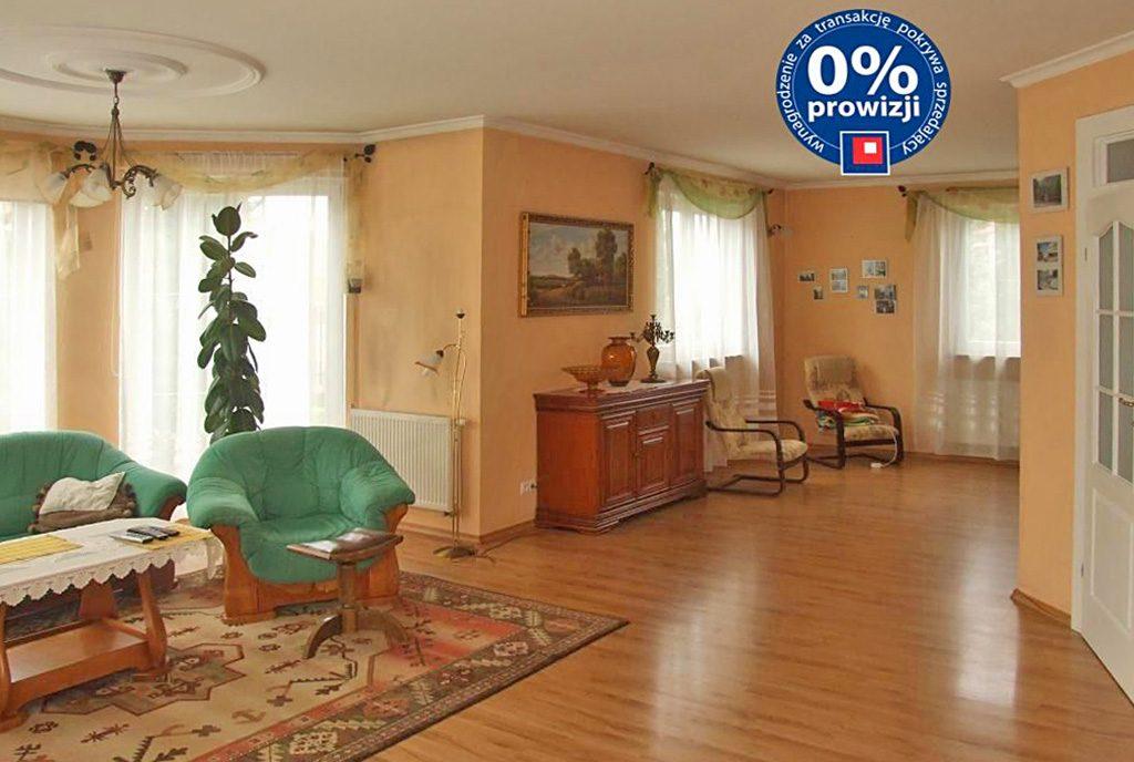 zdjęcie prezentuje ekskluzywny salon w luksusowej willi do sprzedaży w okolicach Legnicy
