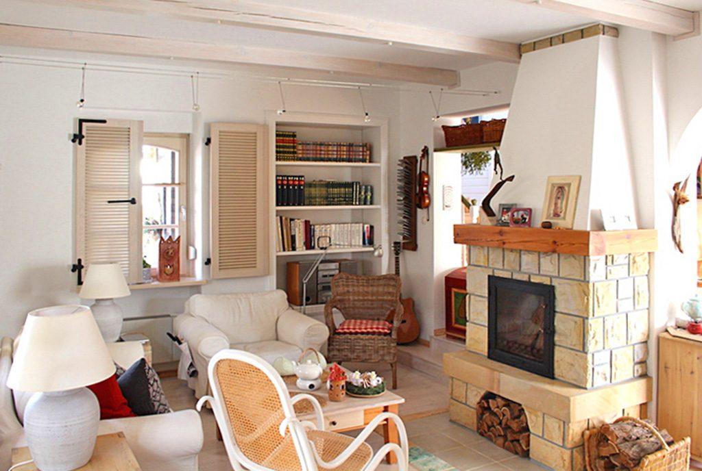 stylowy salon z kominkiem w ekskluzywnej willi do sprzedaży w okolicach Leszna