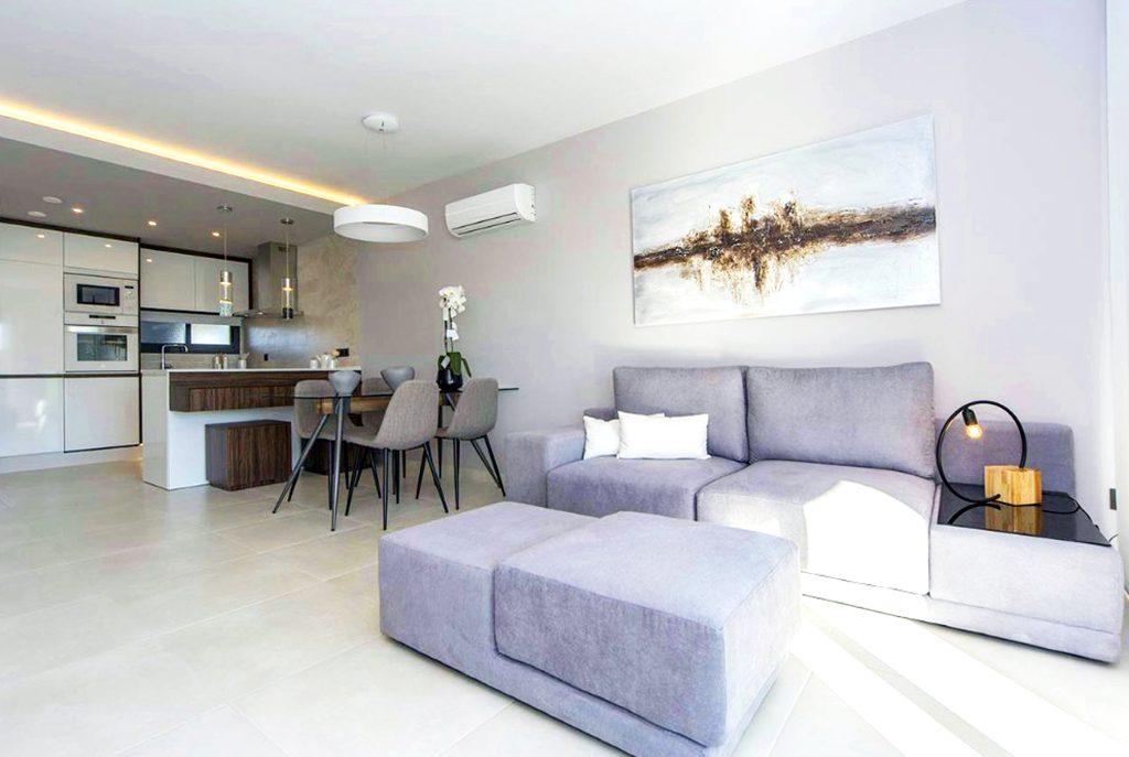 komfortowe wnętrze ekskluzywnego salonu w luksusowym apartamencie do sprzedaży w Hiszpanii