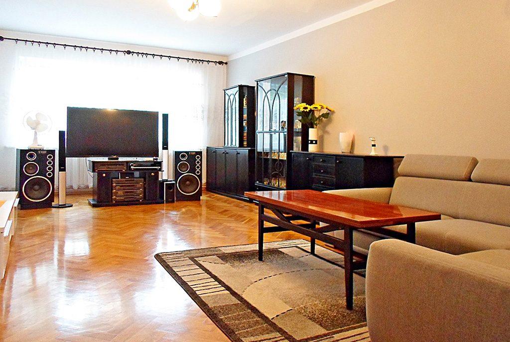 stylowy salon w ekskluzywnym apartamencie do sprzedaży w Legnicy