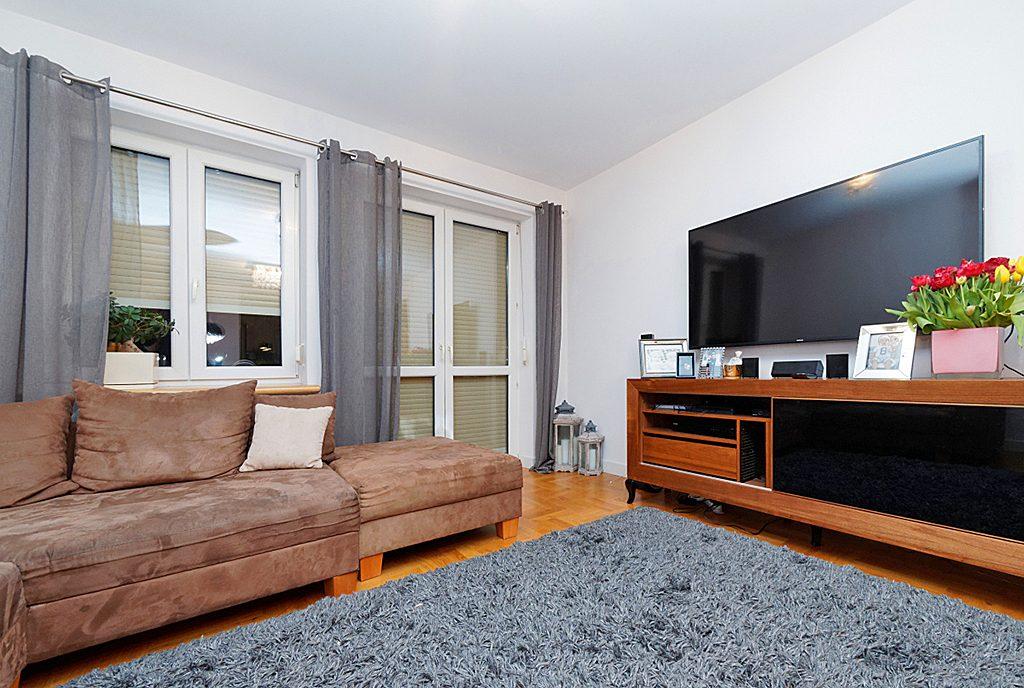 komfortowy salon w ekskluzywnym apartamencie do sprzedaży w Tarnowie