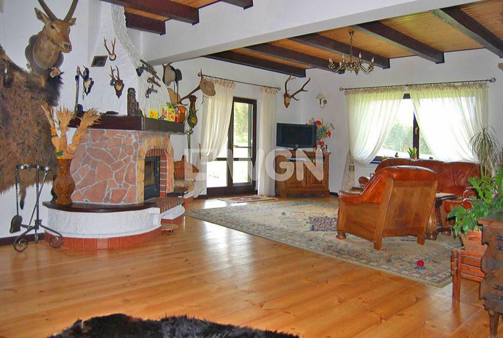 komfortowe wnętrze salonu z kominkiem w ekskluzywnej willi do sprzedaży na Mazurach