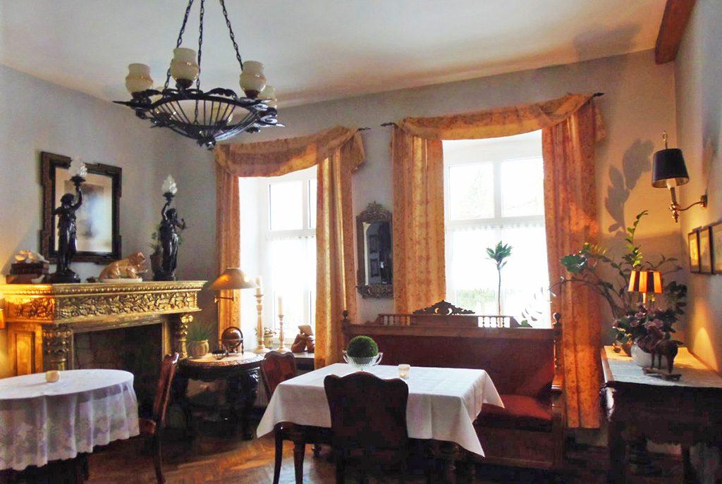 stylowe wnętrze salonu w ekskluzywnej willi do sprzedaży w Lądku-Zdroju