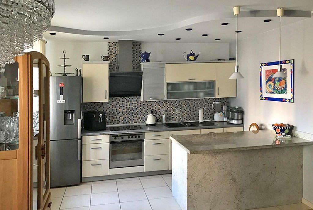 nowoczesna kuchnia w ekskluzywnym apartamencie do sprzedaży w Kaliszu