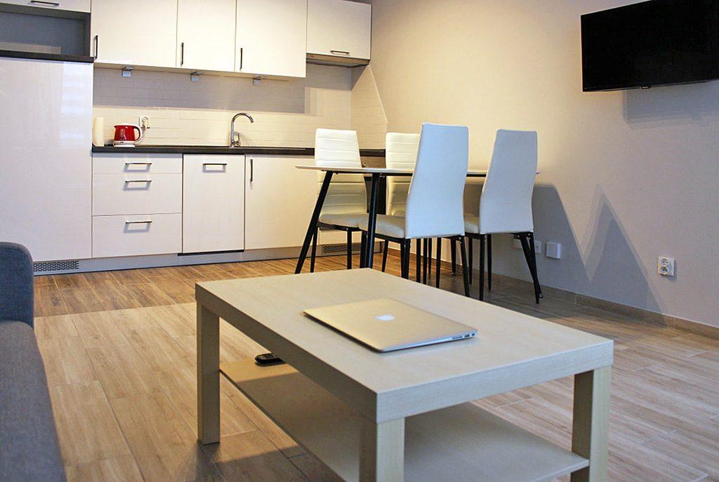 nowoczesna jadalnia i kuchnia w ekskluzywnym apartamencie do wynajęcia w Katowicach