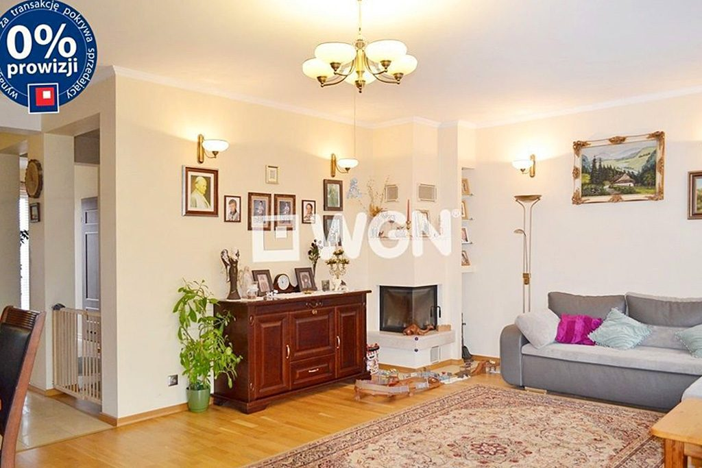 stylowy salon z kominkiem w ekskluzywnej willi do sprzedaży w Bolesławcu