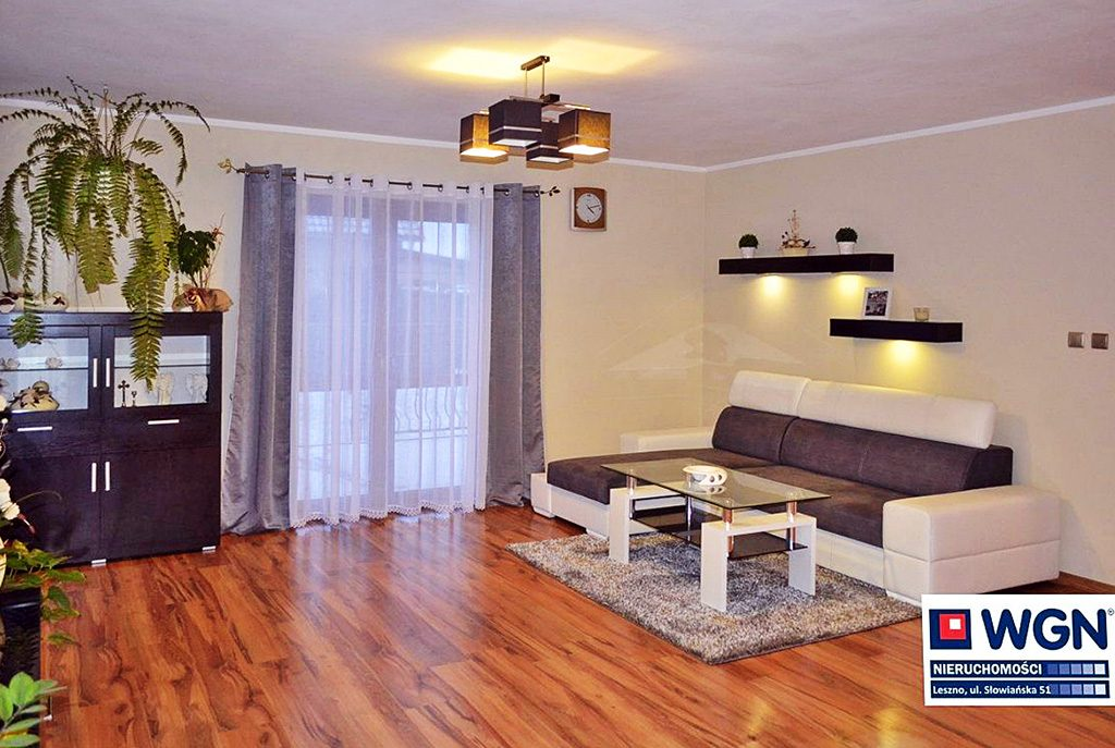 nowoczesny salon w ekskluzywnej willi do sprzedaży w okolicy Leszna
