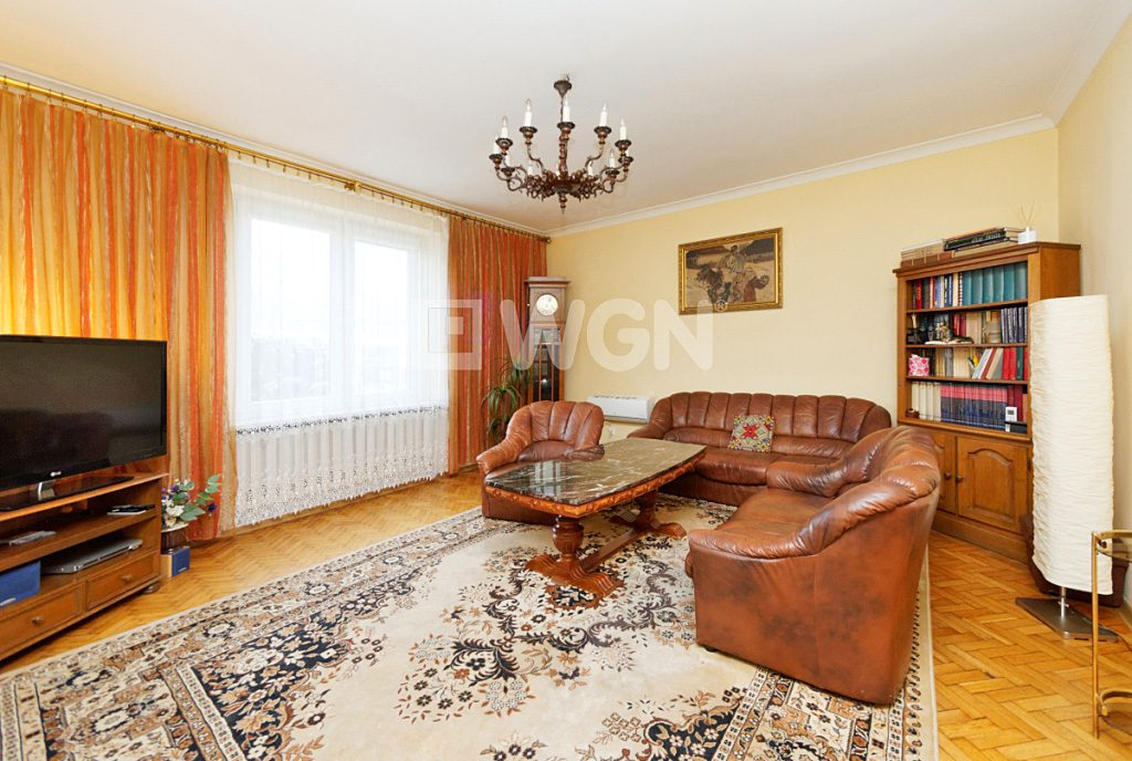 salon w stylu klasycznym mieszczący się w ekskluzywnej willi do wynajęcia w Tarnowie