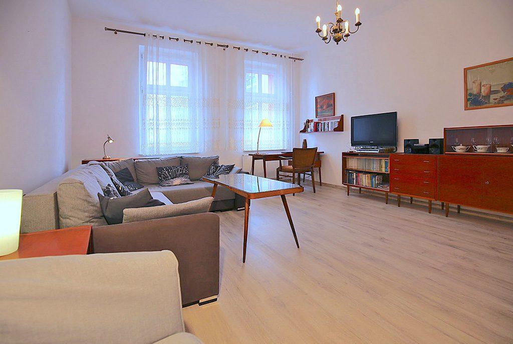 widok z innej perspektywy na luksusowy salon w ekskluzywnym apartamencie do sprzedaży w Świnoujściu
