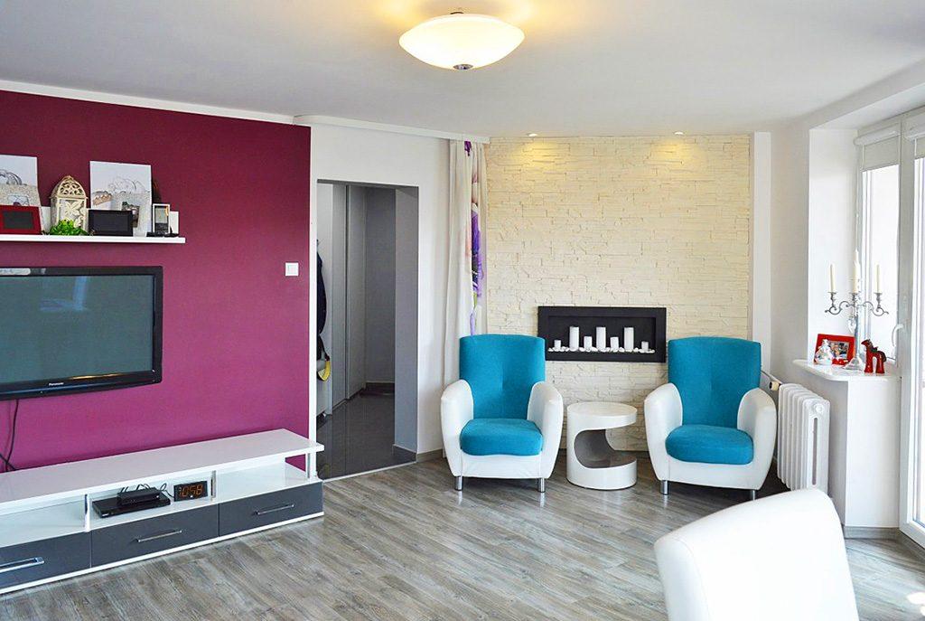 nowoczesny salon w ekskluzywnym apartamencie do sprzedaży w Pile