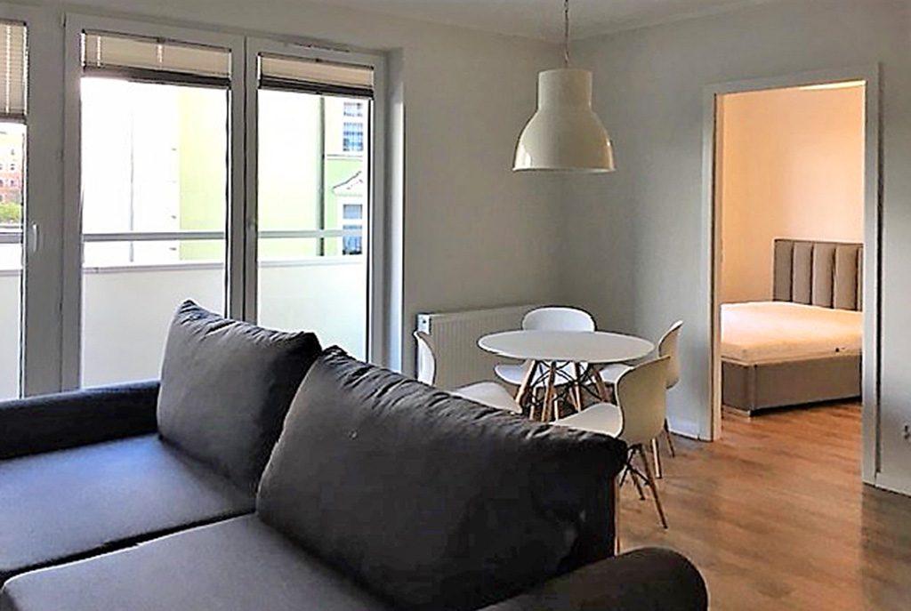 widok z innej perspektywy na komfortowy salon w ekskluzywnym apartamencie w Szczecinie na sprzedaż