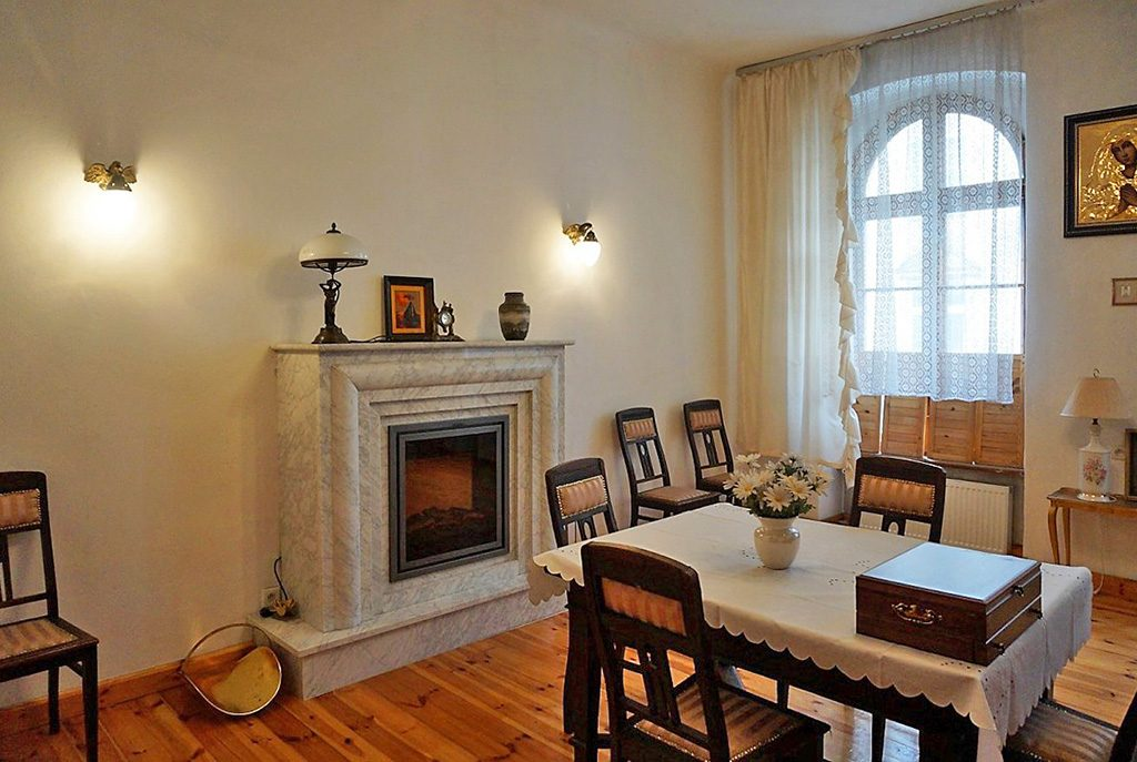 stylowy salon z kominkiem w ekskluzywnym apartamencie do sprzedaży we Wrocławiu