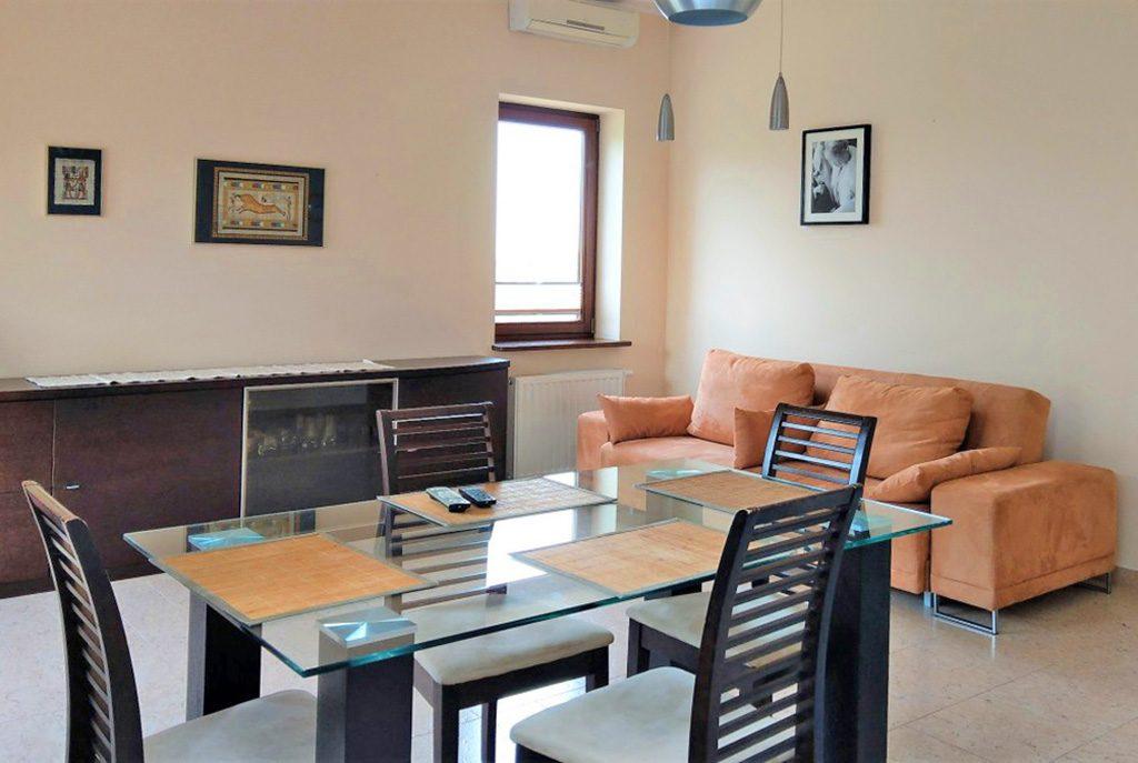na pierwszym planie jadalnia, w oddali salon w ekskluzywnym apartamencie do wynajęcia w Krakowie