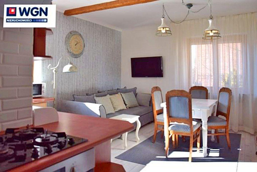komfortowo wykończony salon w ekskluzywnym apartamencie do wynajęcia w Słupsku