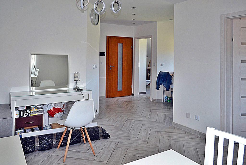 fragment przestronnego i bogatego wnętrza luksusowego apartamentu do wynajmu w Bolesławcu