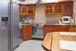 widok na umeblowaną kuchnię w luksusowej willi do sprzedaży w Suwałkach