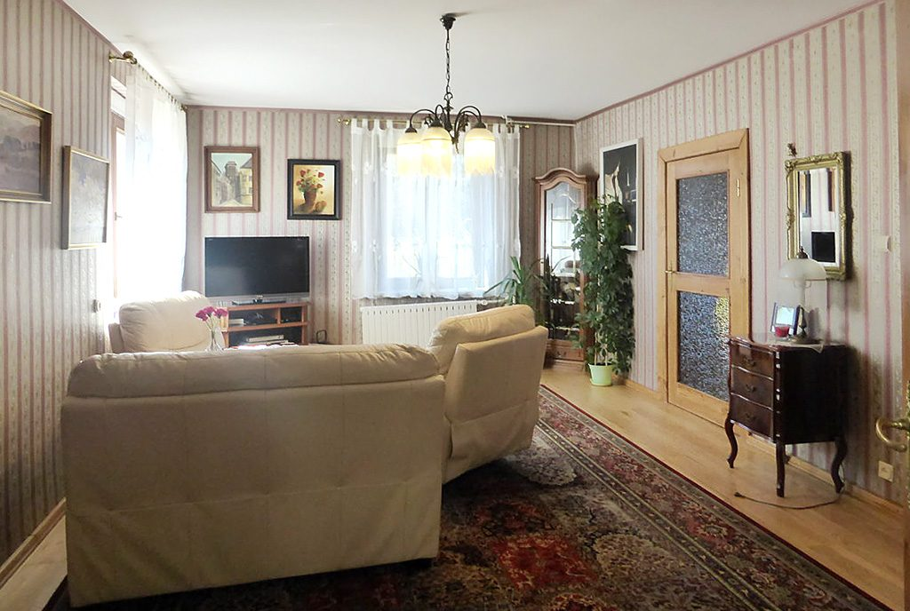 komfortowy salon w ekskluzywnej willi do sprzedaży w okolicach Kwidzyna