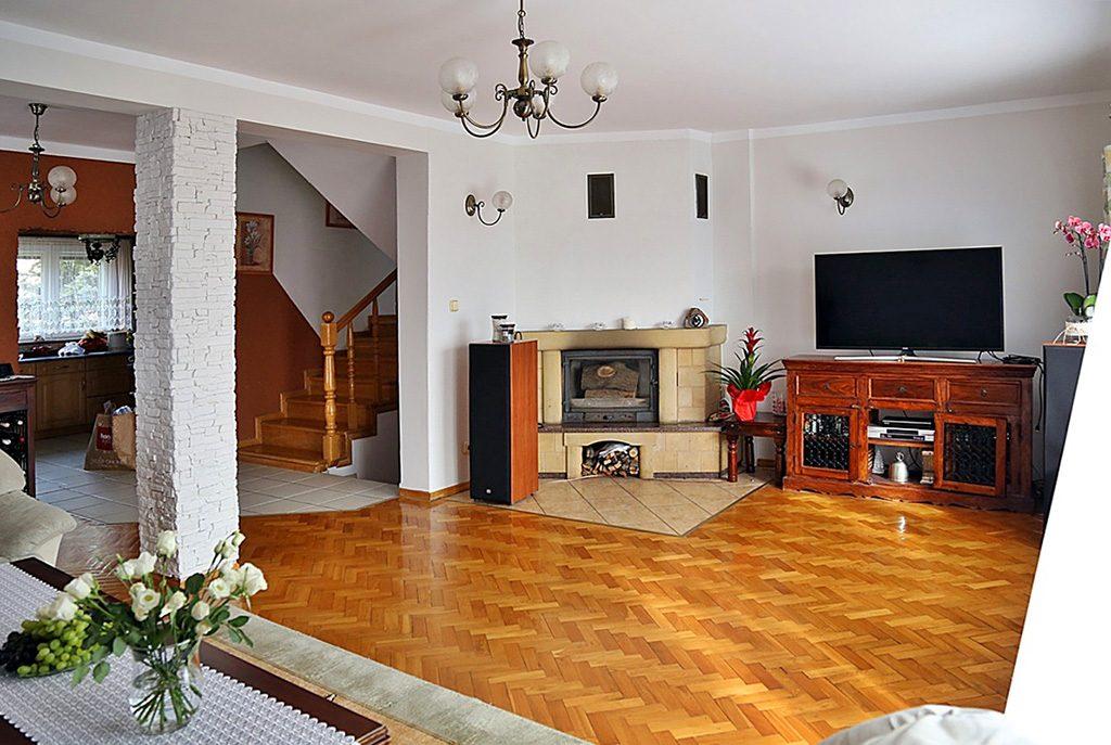 ekskluzywny salon z kominkiem w luksusowej willi do sprzedaży w okolicach Szczecina