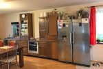 zdjęcie prezentuje umeblowaną w stylu klasycznym kuchnię w luksusowej willi w okolicach Wielunia na sprzedaż